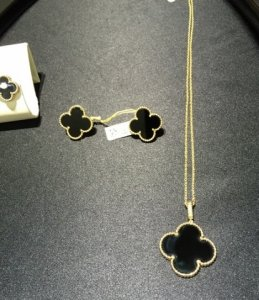 80b6835dbd9 ... high-quality replicas of the most famous jewelry brands at very  reasonable offers